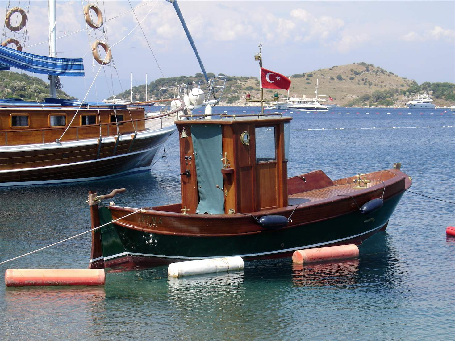 Small fishing boat in turkbuku bodrum travel guide turkey for Best small fishing boat